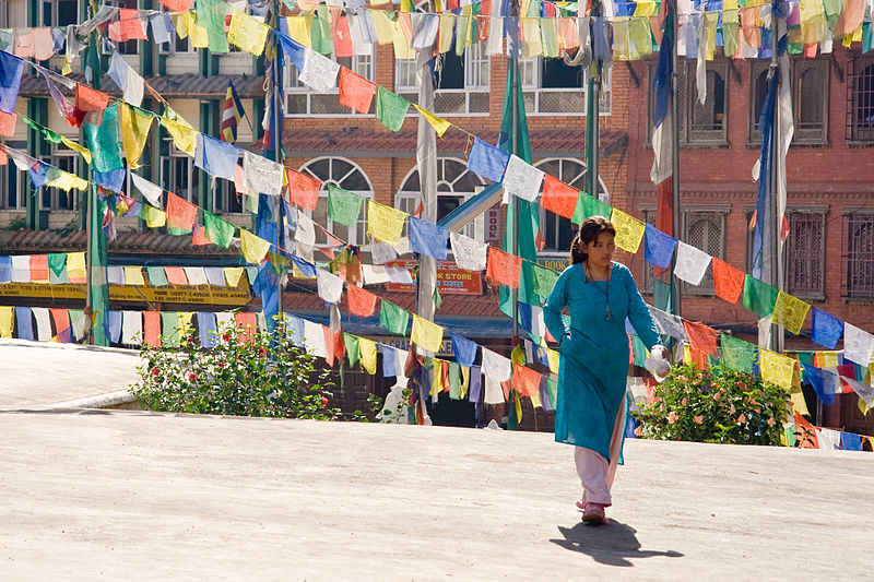 800px-0403_Prayers_Colors_Kathmandu_Bodnath_2006_Luca_Galuzzi
